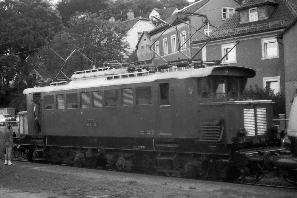 http://www.tram-und-bahnbilder.de/data/media/51/E44_Kronach_1990_1.jpg